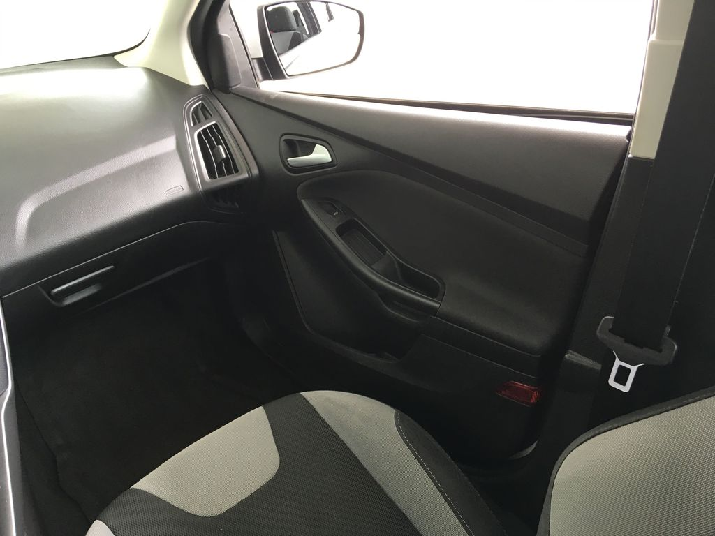 White[Oxford White] 2014 Ford Focus SE Right Front Interior Door Panel Photo in Kelowna BC