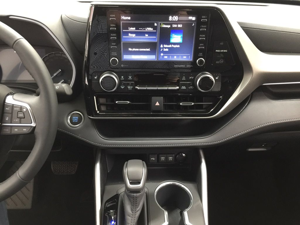 White[Blizzard Pearl] 2020 Toyota Highlander XLE Central Dash Options Photo in Sherwood Park AB