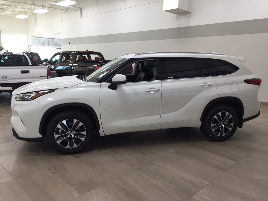White[Blizzard Pearl] 2020 Toyota Highlander XLE Left Side Photo in Sherwood Park AB