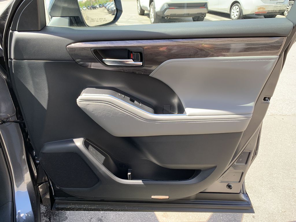 Gray[Magnetic Gray Metallic] 2020 Toyota Highlander Hybrid Platinum Package DBRCHC BA Center Console Photo in Brampton ON