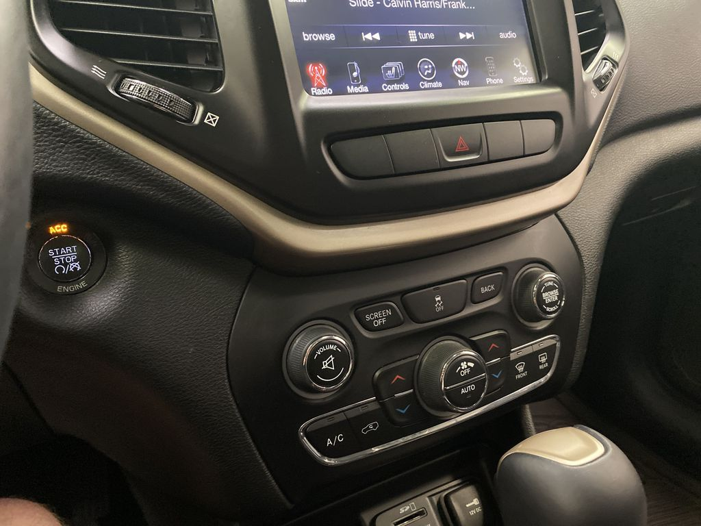 Black[Brilliant Black Crystal Pearlcoat] 2014 Jeep Cherokee Central Dash Options Photo in Dartmouth NS