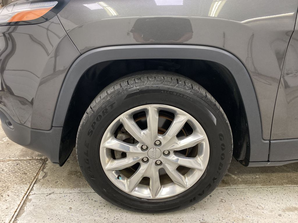 Black[Brilliant Black Crystal Pearlcoat] 2014 Jeep Cherokee Left Front Rim and Tire Photo in Dartmouth NS