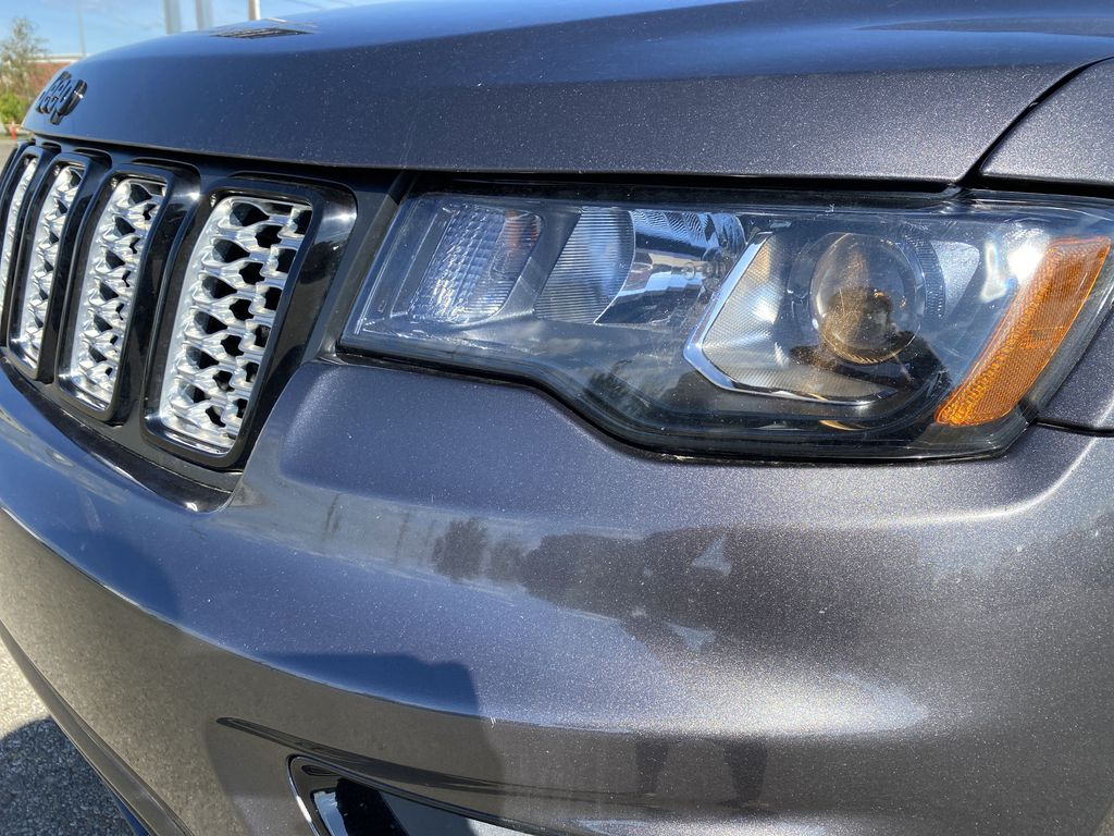 Silver[Billet Metallic] 2018 Jeep Grand Cherokee Left Front Head Light / Bumper and Grill in Edmonton AB