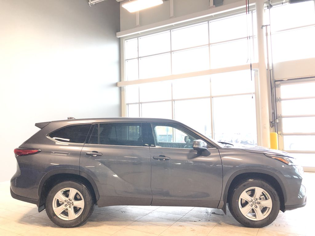Magnetic Grey Metallic 2020 Toyota Highlander LE Right Rear Corner Photo in Edmonton AB