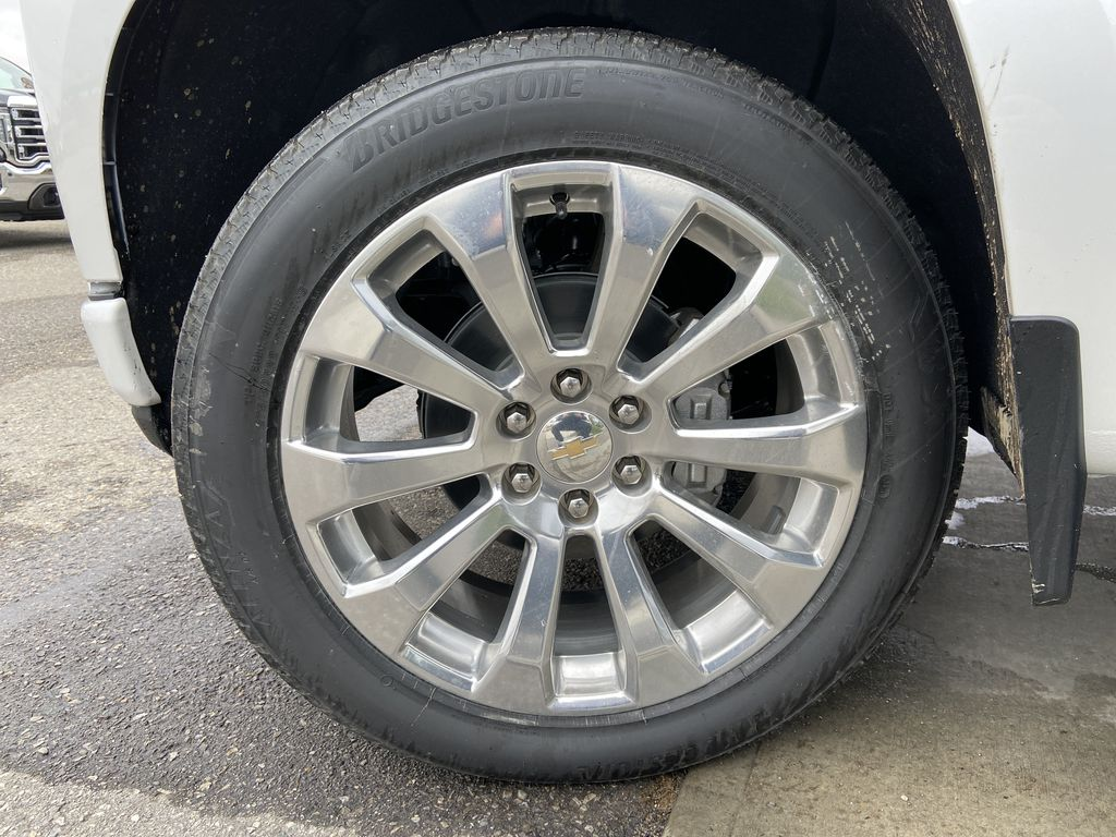 White[Iridescent Pearl Tricoat] 2021 Chevrolet Silverado 1500 High Country Left Front Rim and Tire Photo in Calgary AB