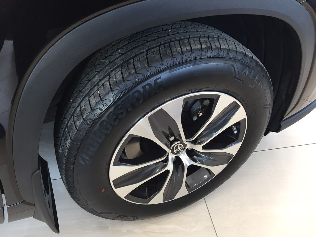 Brown[Opulent Amber] 2020 Toyota Highlander XLE Right Front Rim and Tire Photo in Sherwood Park AB