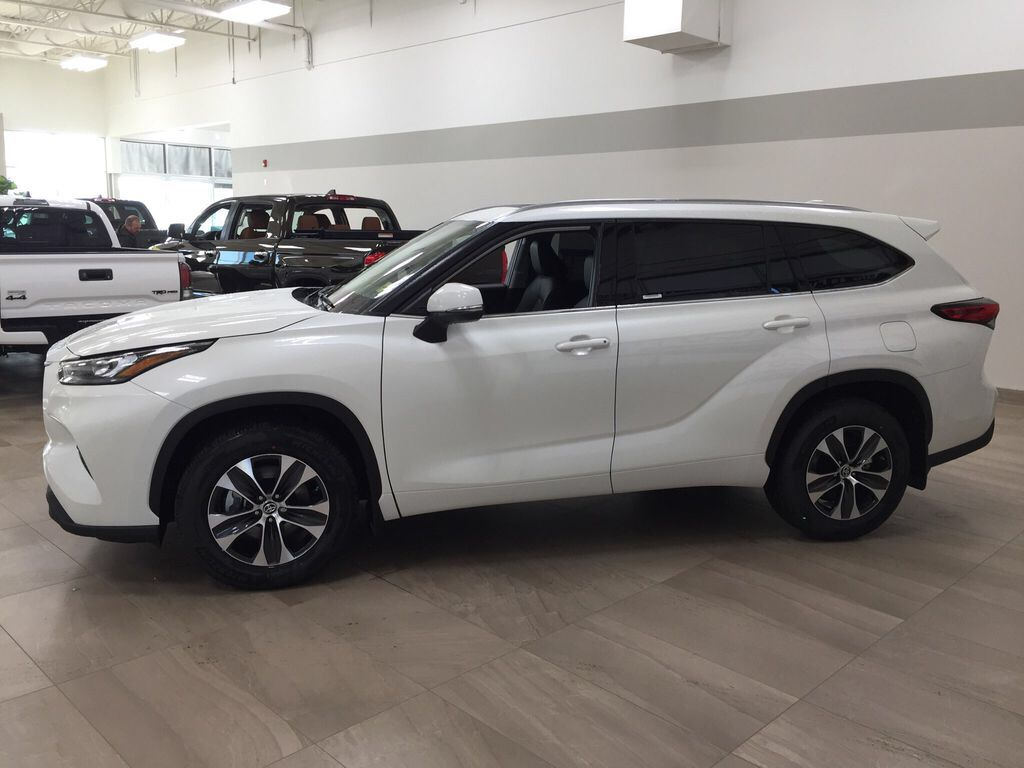 White[Blizzard Pearl] 2021 Toyota Highlander XLE Left Side Photo in Sherwood Park AB