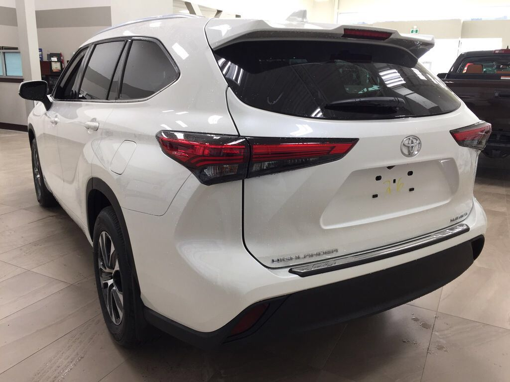White[Blizzard Pearl] 2021 Toyota Highlander XLE Left Rear Corner Photo in Sherwood Park AB