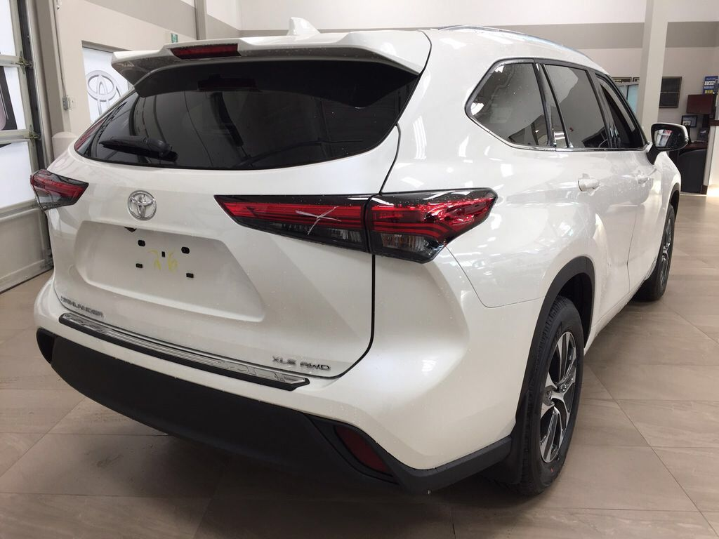 White[Blizzard Pearl] 2021 Toyota Highlander XLE Right Rear Corner Photo in Sherwood Park AB