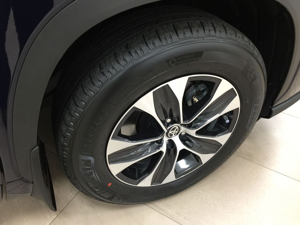 Blue[Blueprint] 2021 Toyota Highlander XLE Right Front Rim and Tire Photo in Sherwood Park AB