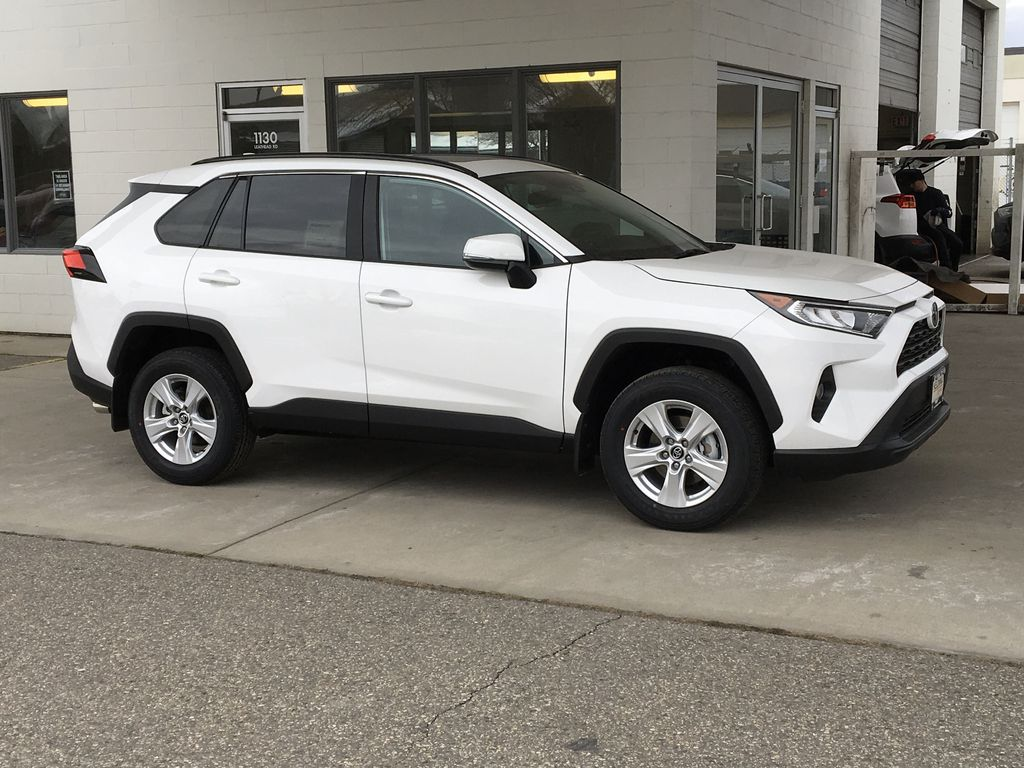 White[Super White] 2021 Toyota RAV4 XLE Right Front Corner Photo in Kelowna BC