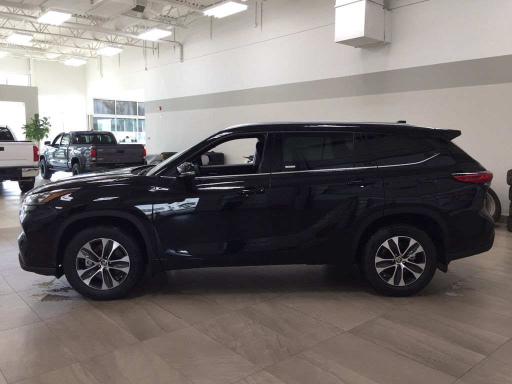 Black[Midnight Black Metallic] 2020 Toyota Highlander XLE Left Side Photo in Sherwood Park AB