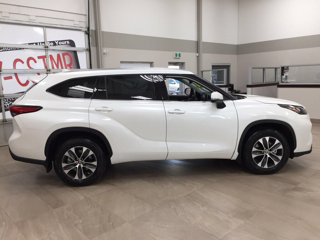 White[Blizzard Pearl] 2021 Toyota Highlander XLE Right Side Photo in Sherwood Park AB