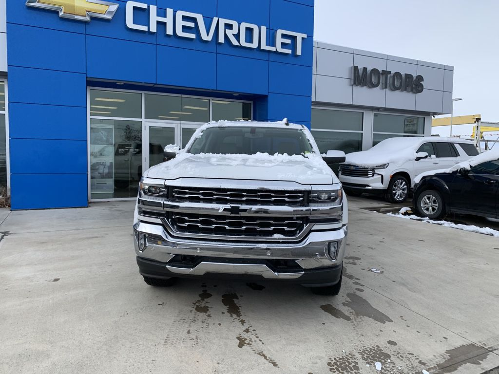 White[Iridescent Pearl Tricoat] 2018 Chevrolet Silverado 1500 Left Front Corner Photo in Fort Macleod AB