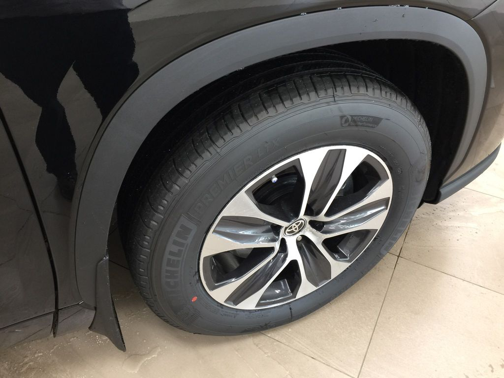 Black[Midnight Black Metallic] 2020 Toyota Highlander XLE Right Front Rim and Tire Photo in Sherwood Park AB
