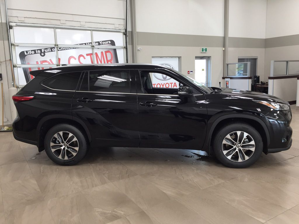 Black[Midnight Black Metallic] 2020 Toyota Highlander XLE Right Side Photo in Sherwood Park AB