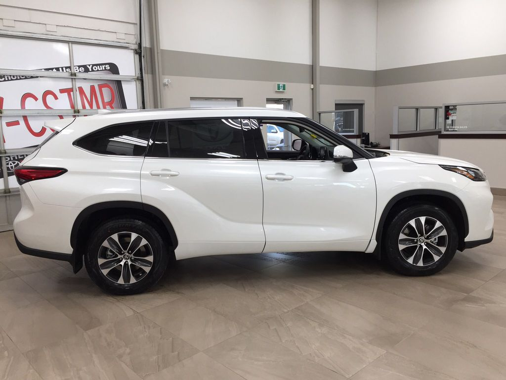 White[Blizzard Pearl] 2020 Toyota Highlander XLE Right Side Photo in Sherwood Park AB