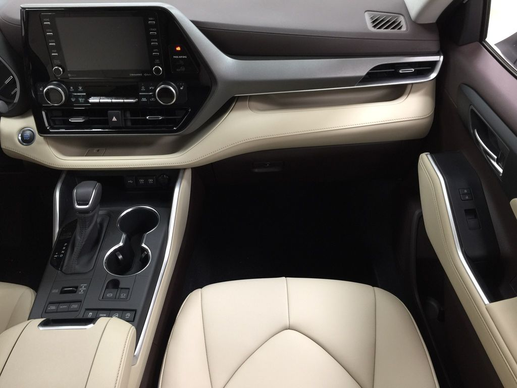 White[Blizzard Pearl] 2020 Toyota Highlander XLE Right Front Seat Photo in Sherwood Park AB