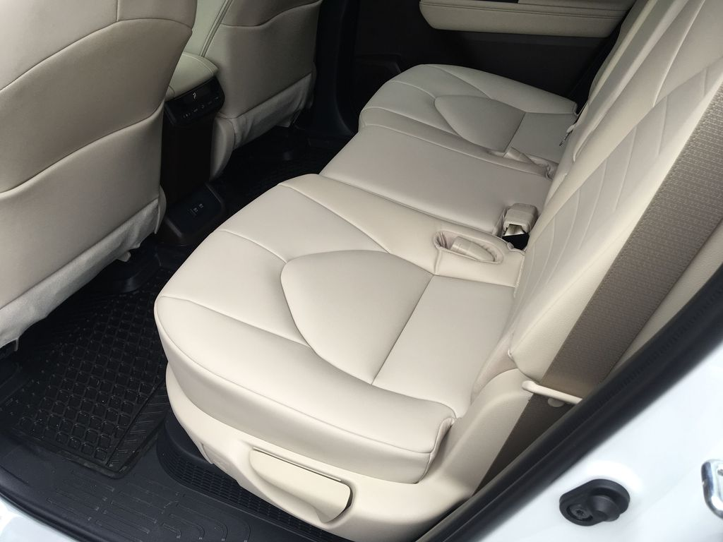White[Blizzard Pearl] 2021 Toyota Highlander Hybrid XLE Right Side Rear Seat  Photo in Kelowna BC