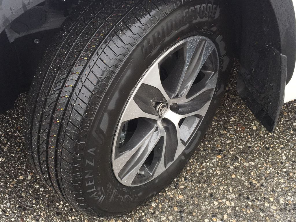 White[Blizzard Pearl] 2021 Toyota Highlander Hybrid XLE Left Front Rim and Tire Photo in Kelowna BC