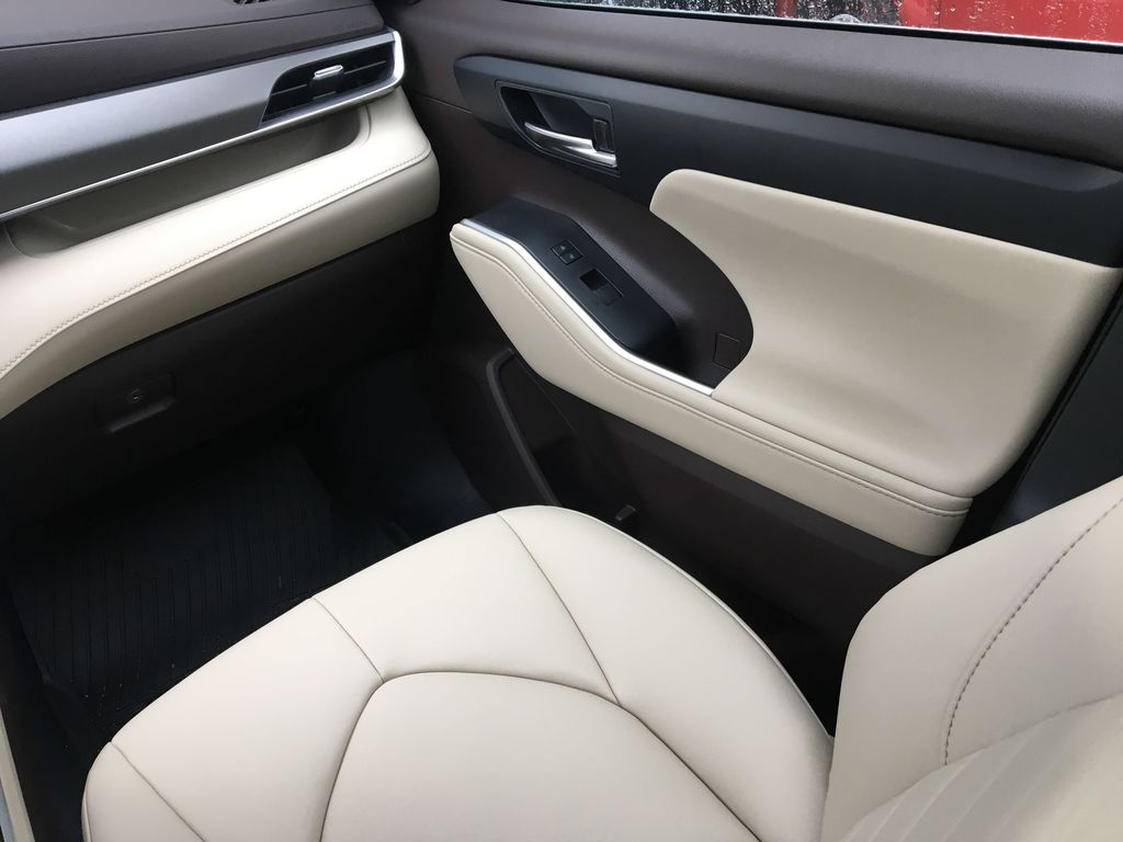 White[Blizzard Pearl] 2021 Toyota Highlander Hybrid XLE Right Front Interior Door Panel Photo in Kelowna BC