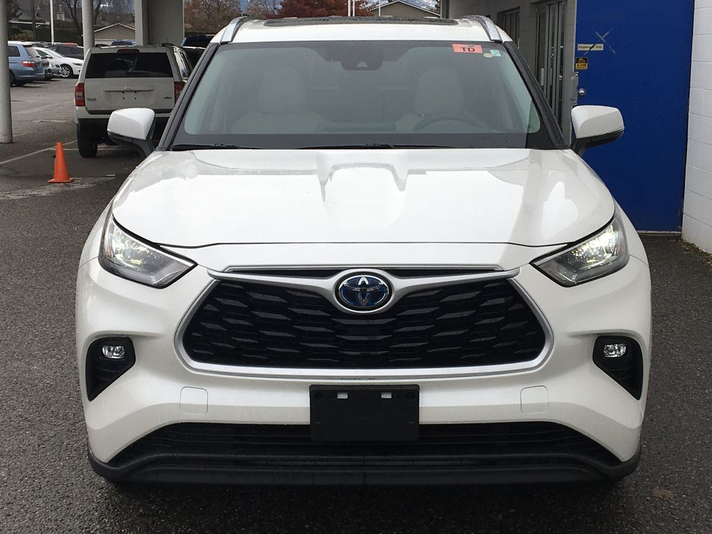 White[Blizzard Pearl] 2021 Toyota Highlander Hybrid XLE Front Vehicle Photo in Kelowna BC