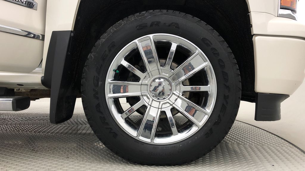 White[White Diamond Tricoat] 2014 Chevrolet Silverado 1500 High Country 4WD - 6.2L V8, Navigation Right Front Rim and Tire Photo in Winnipeg MB