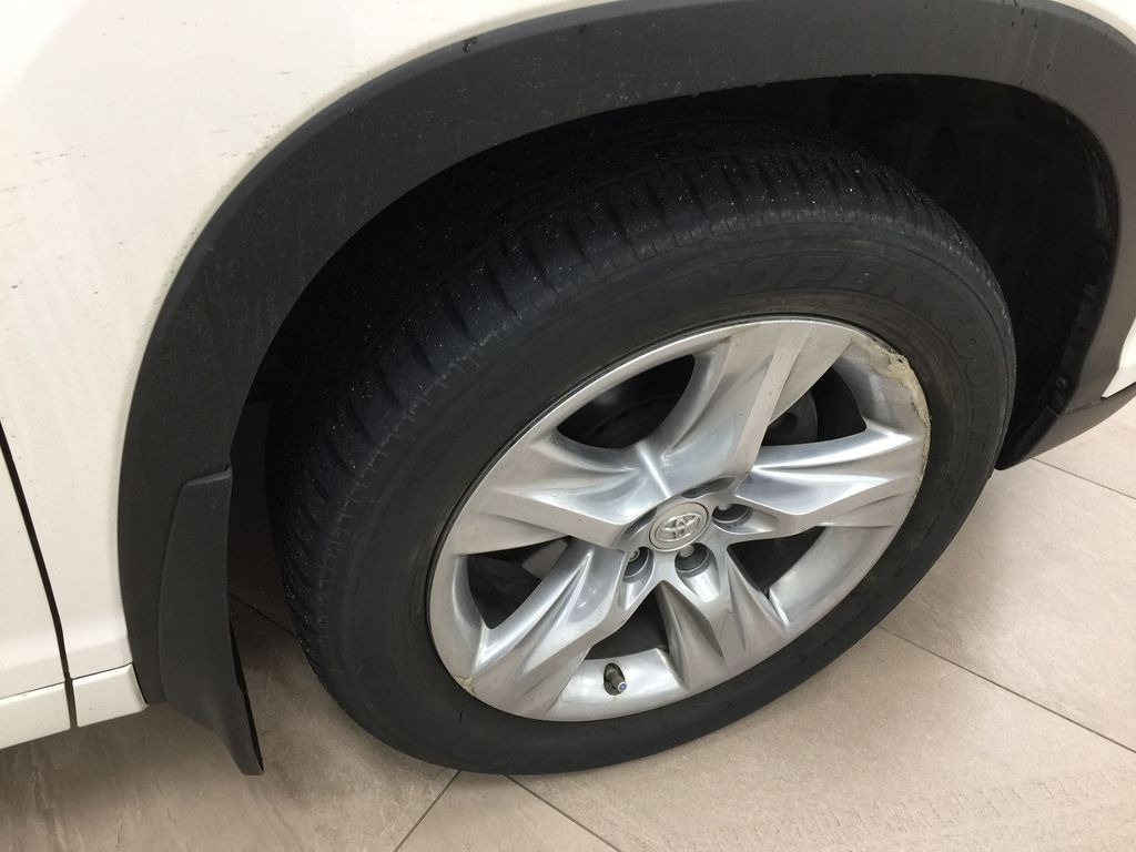 2014 Toyota Highlander LIMITED / SUNROOF Right Front Rim and Tire Photo in Sherwood Park AB