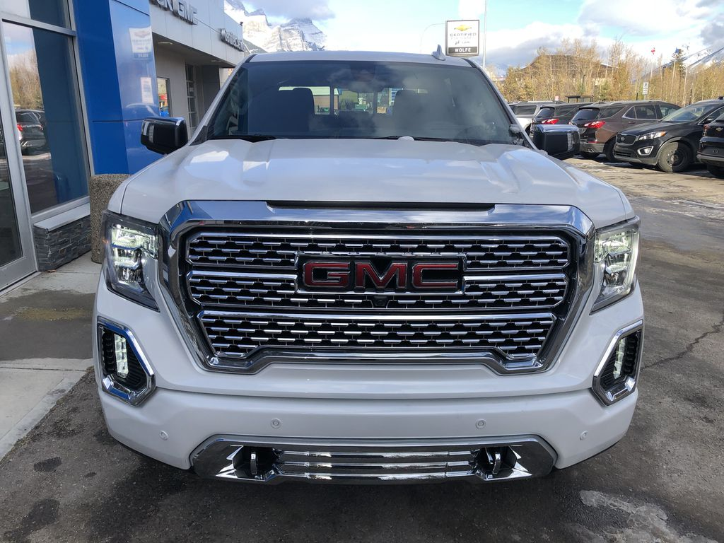 White[White Frost Tricoat] 2021 GMC Sierra 1500 Denali Front Vehicle Photo in Canmore AB