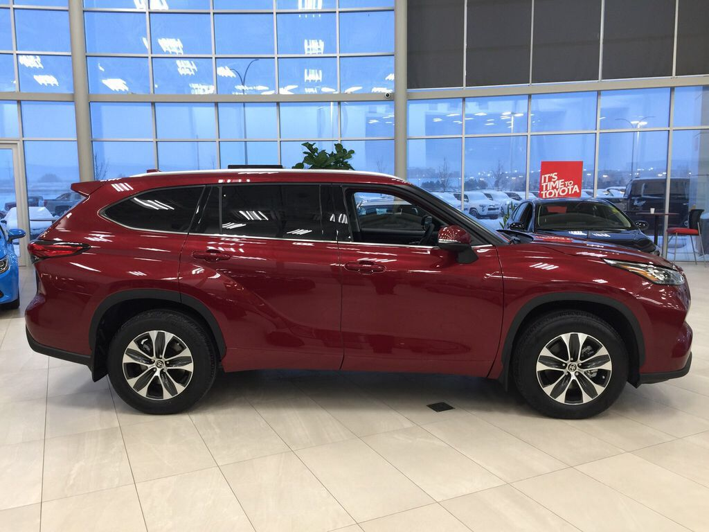 Red[Ruby Flare Pearl] 2021 Toyota Highlander XLE Right Side Photo in Sherwood Park AB