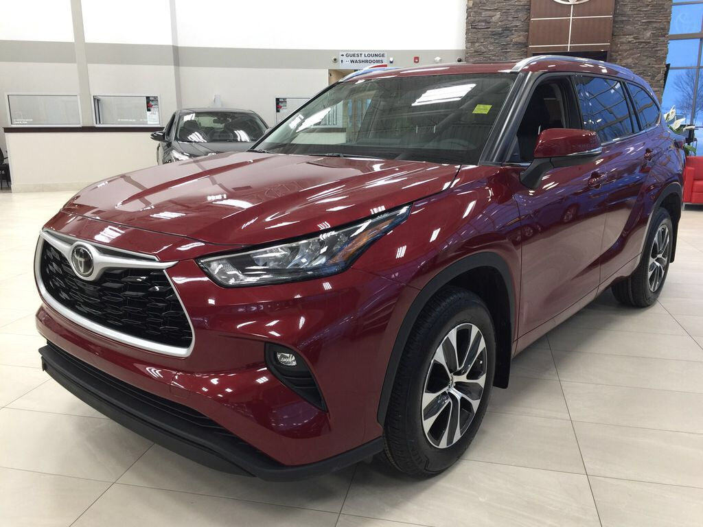 Red[Ruby Flare Pearl] 2021 Toyota Highlander XLE Left Front Corner Photo in Sherwood Park AB