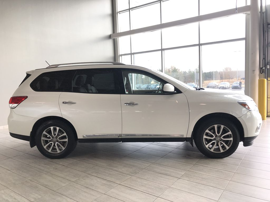 White 2015 Nissan Pathfinder SL 7-Passenger 4WD Right Rear Corner Photo in Edmonton AB