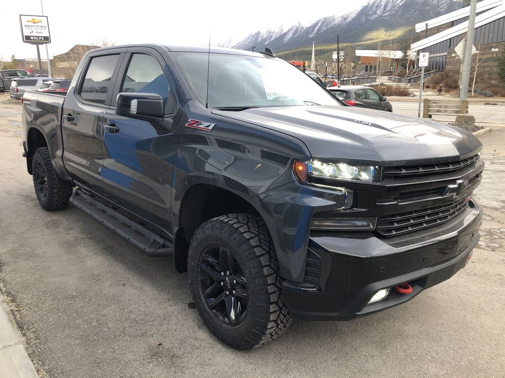 Gray[Shadow Grey Metallic] 2021 Chevrolet Silverado 1500 LT Trail Boss Right Front Corner Photo in Canmore AB