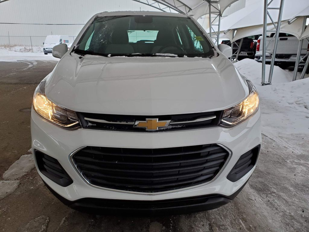 White 2021 Chevrolet Trax Left Front Corner Photo in Airdrie AB