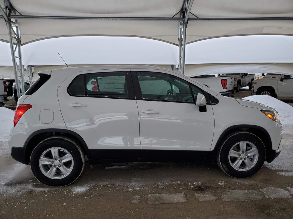 White 2021 Chevrolet Trax Strng Wheel: Frm Rear in Airdrie AB