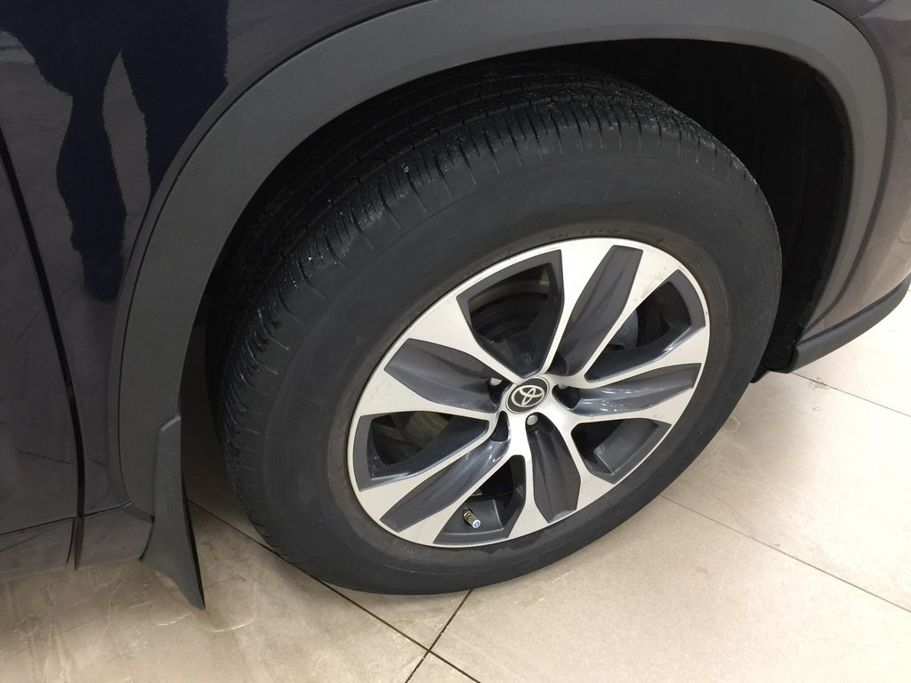 Blue[Blueprint] 2020 Toyota Highlander XLE Right Front Rim and Tire Photo in Sherwood Park AB