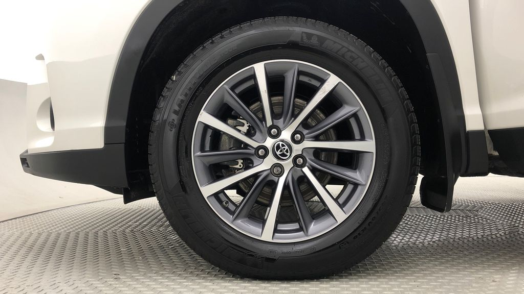 White[Blizzard Pearl] 2019 Toyota Highlander XLE AWD - 8 Passenger, Leather, Sunroof, NAV Left Front Rim and Tire Photo in Winnipeg MB