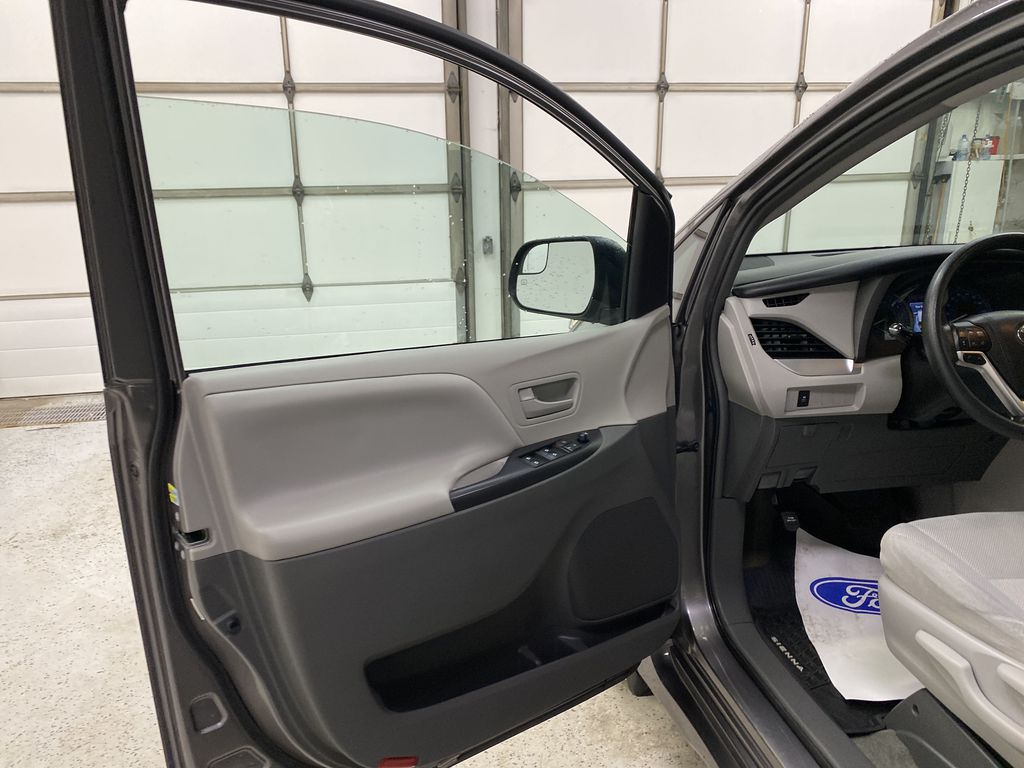 MAGNETIC 2018 Toyota Sienna Left Front Interior Door Panel Photo in Dartmouth NS