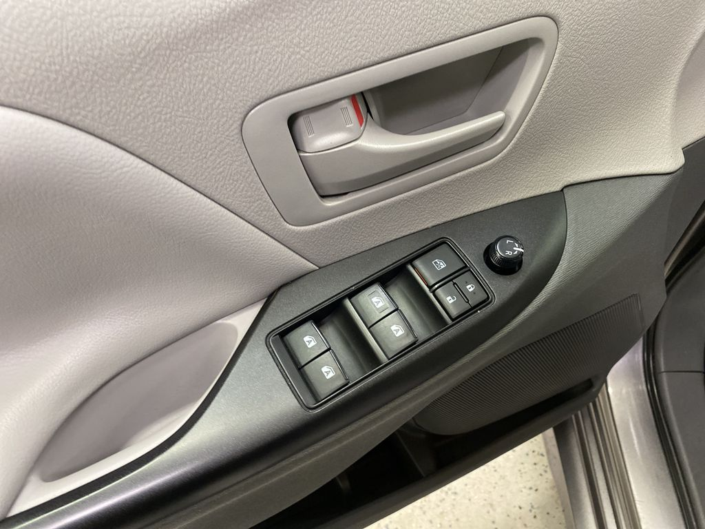 MAGNETIC 2018 Toyota Sienna  Driver's Side Door Controls Photo in Dartmouth NS