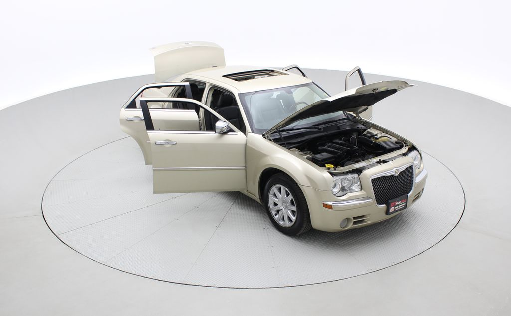 Gold[White Gold Pearl] 2010 Chrysler 300 Limited - Leather, Sunroof, SiriusXM Radio, CHEAP Left Front Corner Photo in Winnipeg MB