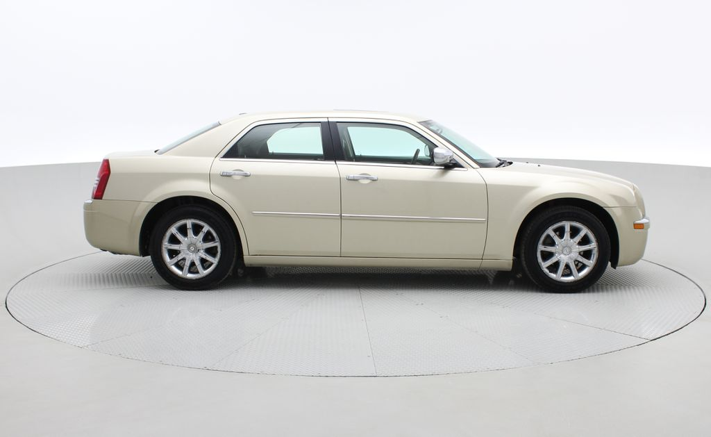 Gold[White Gold Pearl] 2010 Chrysler 300 Limited - Leather, Sunroof, SiriusXM Radio, CHEAP Right Side Photo in Winnipeg MB