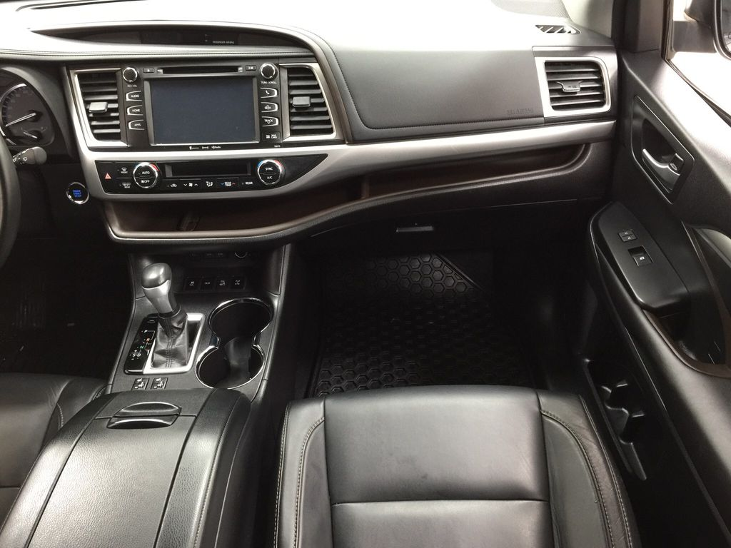 White[Blizzard Pearl] 2017 Toyota Highlander XLE Right Front Seat Photo in Sherwood Park AB