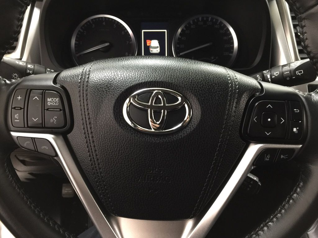 White[Blizzard Pearl] 2017 Toyota Highlander XLE Steering Wheel and Dash Photo in Sherwood Park AB