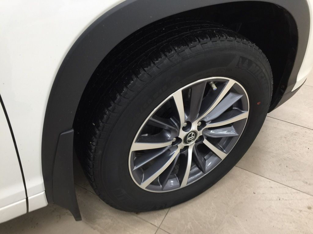 White[Blizzard Pearl] 2017 Toyota Highlander XLE Right Front Rim and Tire Photo in Sherwood Park AB