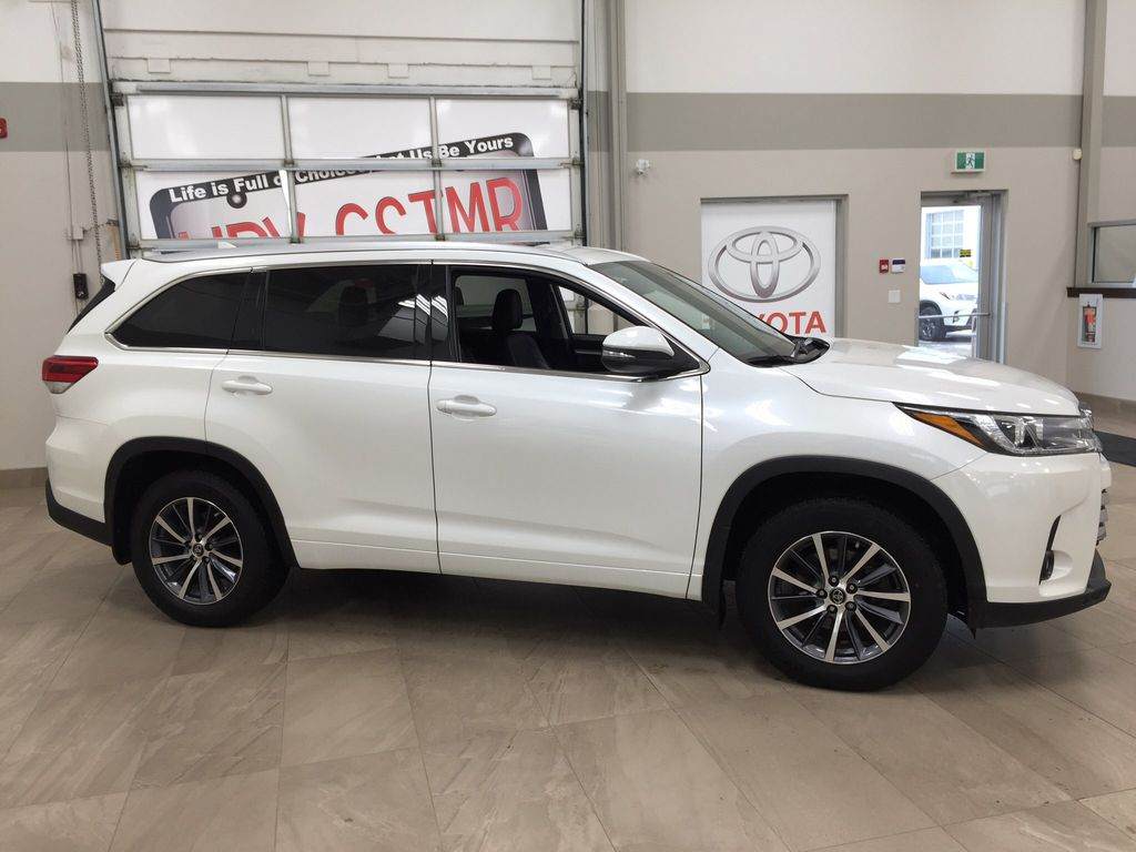 White[Blizzard Pearl] 2017 Toyota Highlander XLE Right Side Photo in Sherwood Park AB