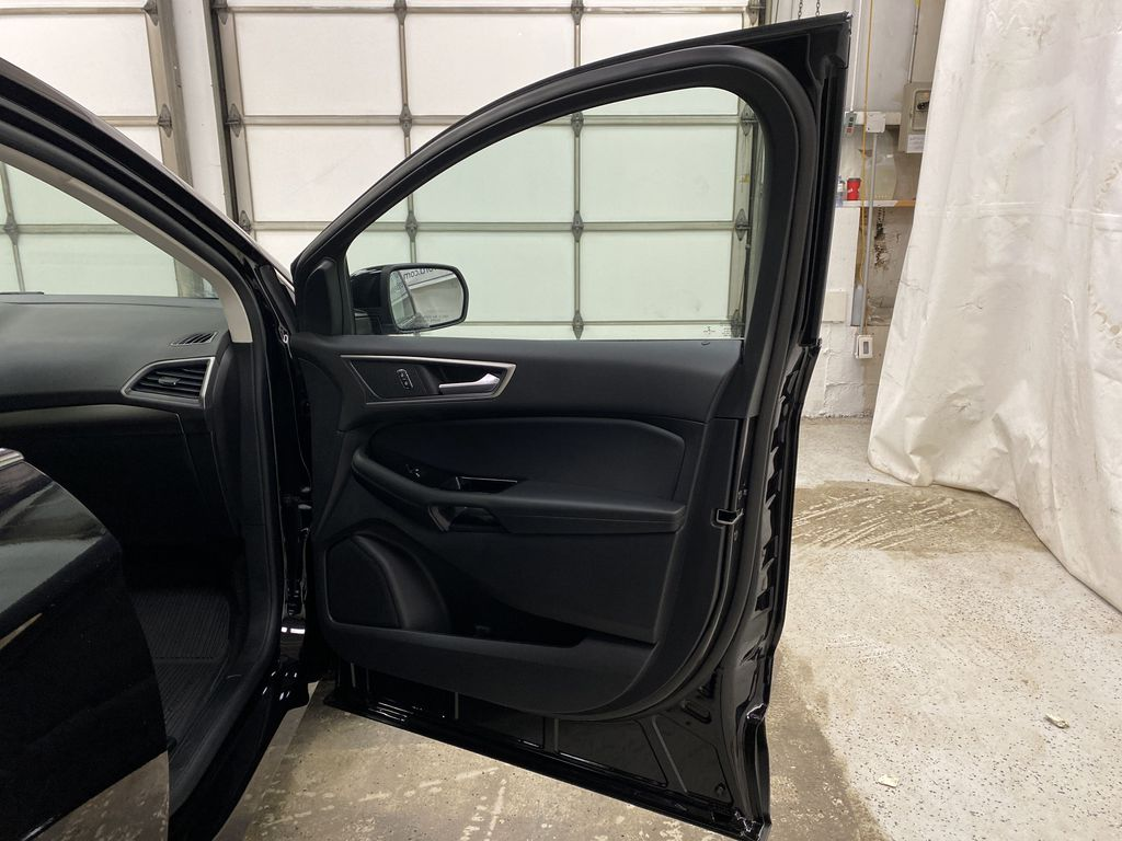 Black[Agate Black] 2020 Ford Edge Right Front Interior Door Panel Photo in Dartmouth NS