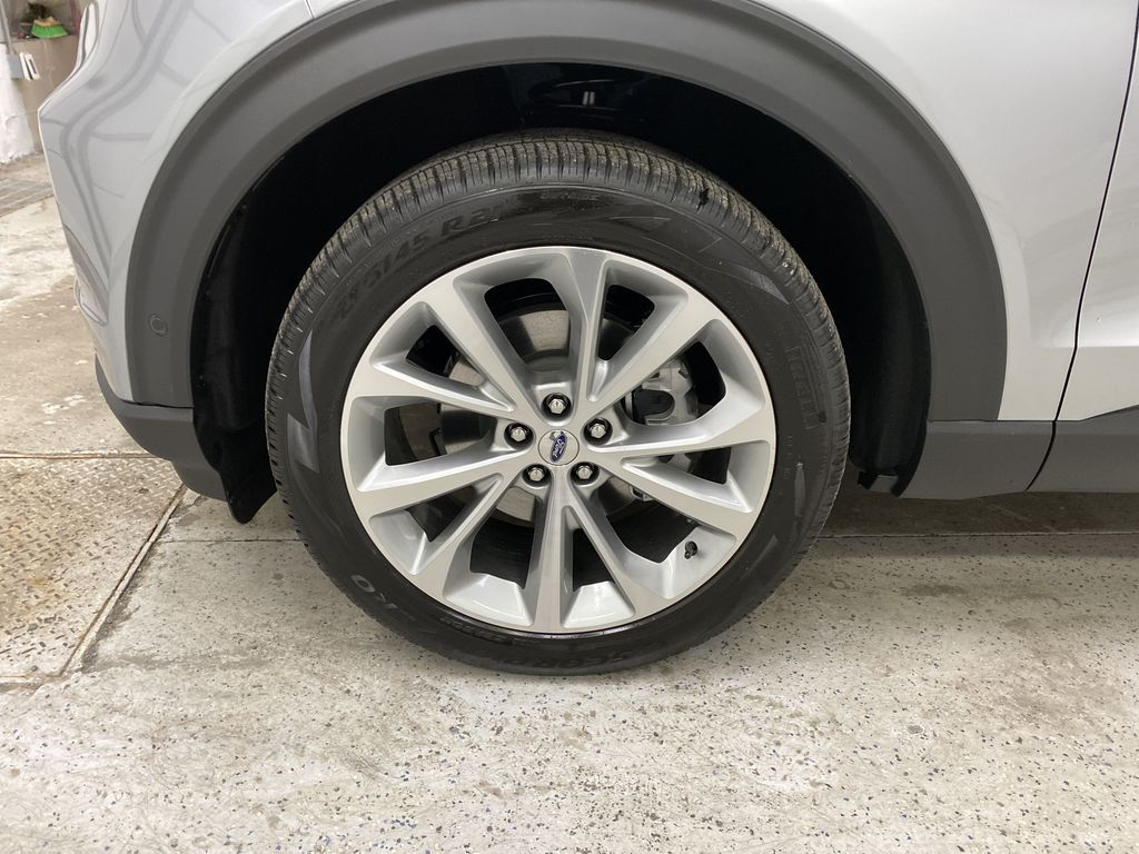 Silver[Iconic Silver Metallic] 2021 Ford Explorer Left Front Rim and Tire Photo in Dartmouth NS