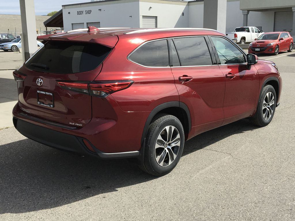 Red[Ruby Flare Pearl] 2020 Toyota Highlander XLE Right Rear Corner Photo in Kelowna BC