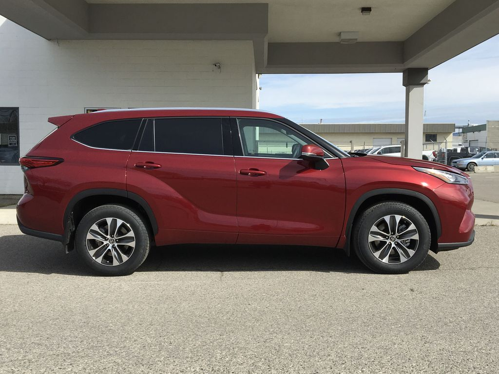 Red[Ruby Flare Pearl] 2020 Toyota Highlander XLE Right Side Photo in Kelowna BC