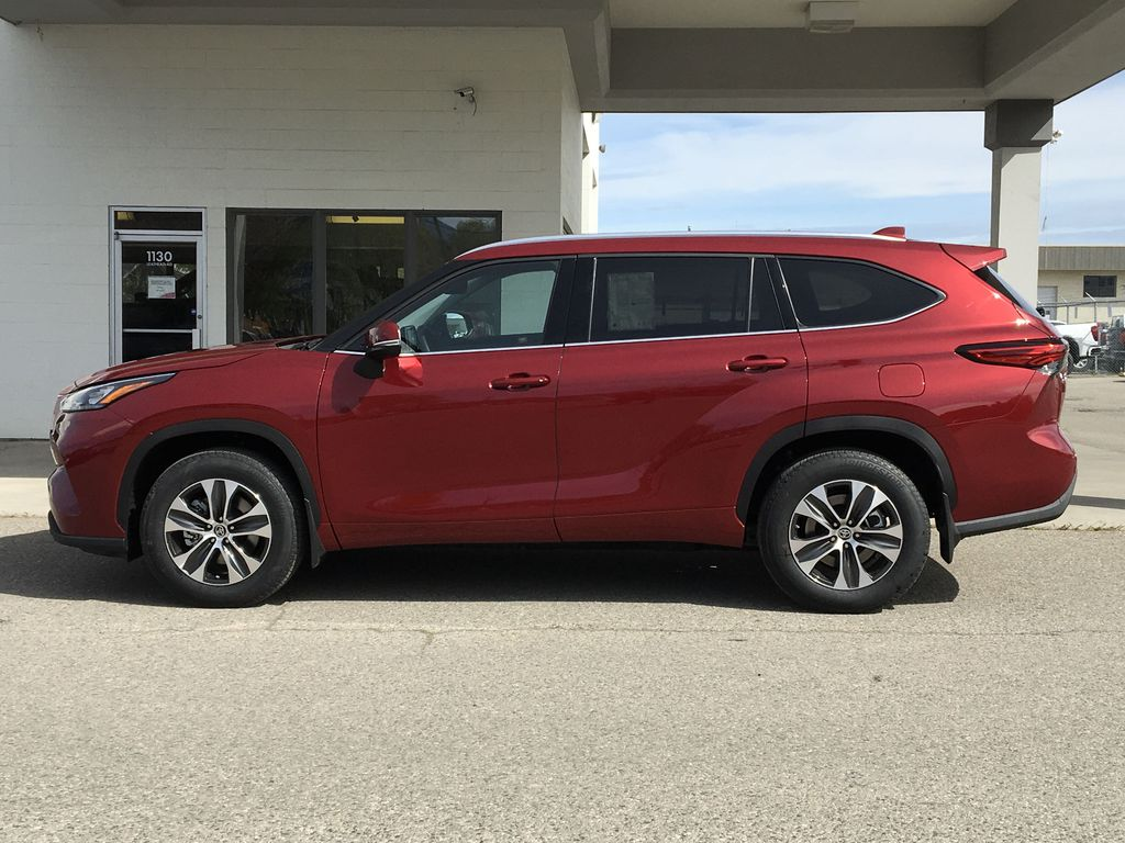 Red[Ruby Flare Pearl] 2020 Toyota Highlander XLE Left Side Photo in Kelowna BC